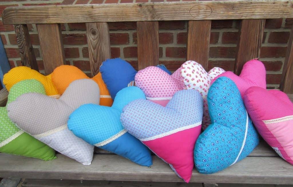 Herzkissen mit unterschiedlichen Mustern und Farben zur Auswahl