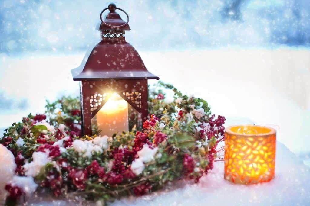 Laterne und Teelichthalter mit brennenden Kerzen in einem Kranz | Foto: pixabay/Jill Wellington
