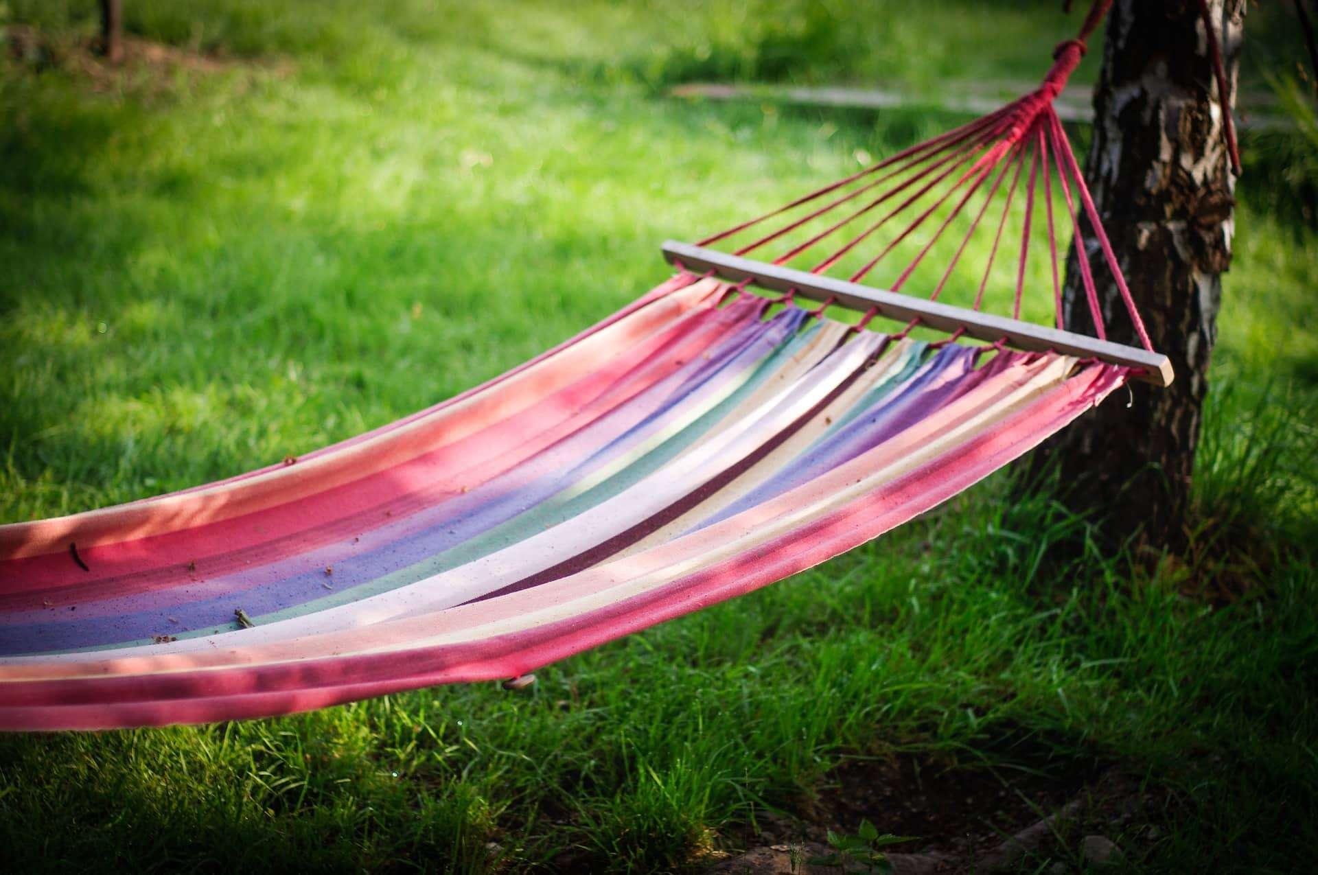 Hängematte im Garten bei Sonnenschein