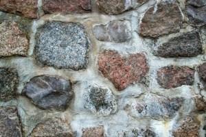 Mauer aus Feldsteinen als Symbol für die Herzmauer