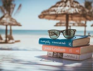 Foto: Stencil - Strandstimmung mit Büchern und Sonnenbrille